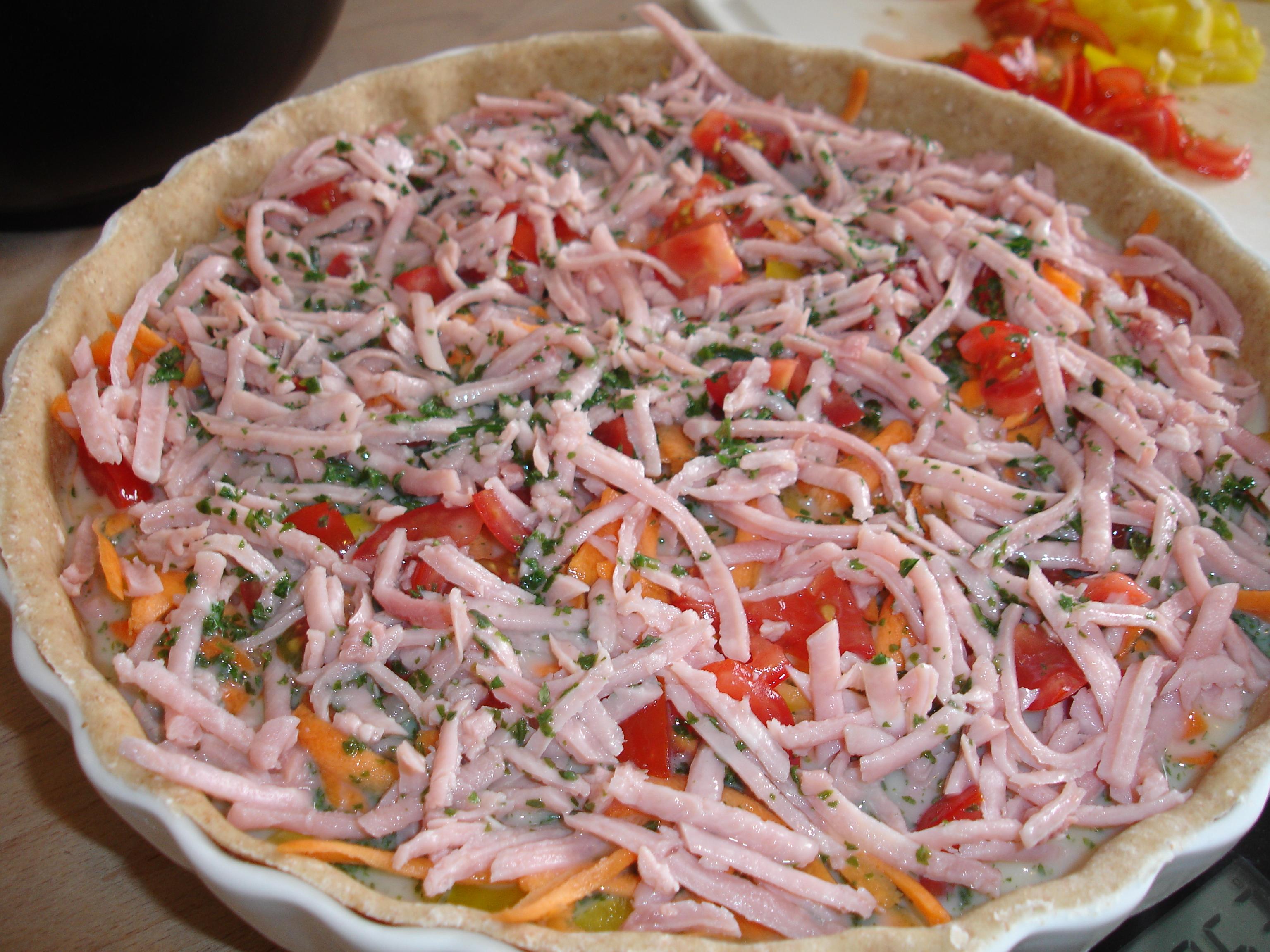 Tærte med skinke, peberfrugt, tomat og gulerod