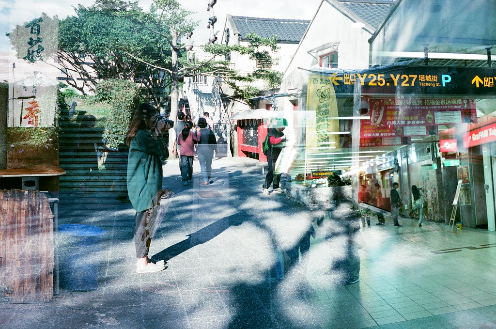 Double Exposure, Taipei, Taiwan / AGFA VISTAPlus / Lomo LC-A+ 翻到這卷還沒上傳,裡面有一些還滿有意思的畫面。  我很喜歡拍樹陰影,就像這樣的感覺。  Lomo LC-A+ AGFA VISTAPlus ISO400 5659-0039 2015-12-04~2015-12-05 / 2015-12-20 Photo by Toomore