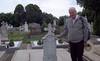 Enrique am Grabstein seines Großvaters auf dem Neugässer Friedhof