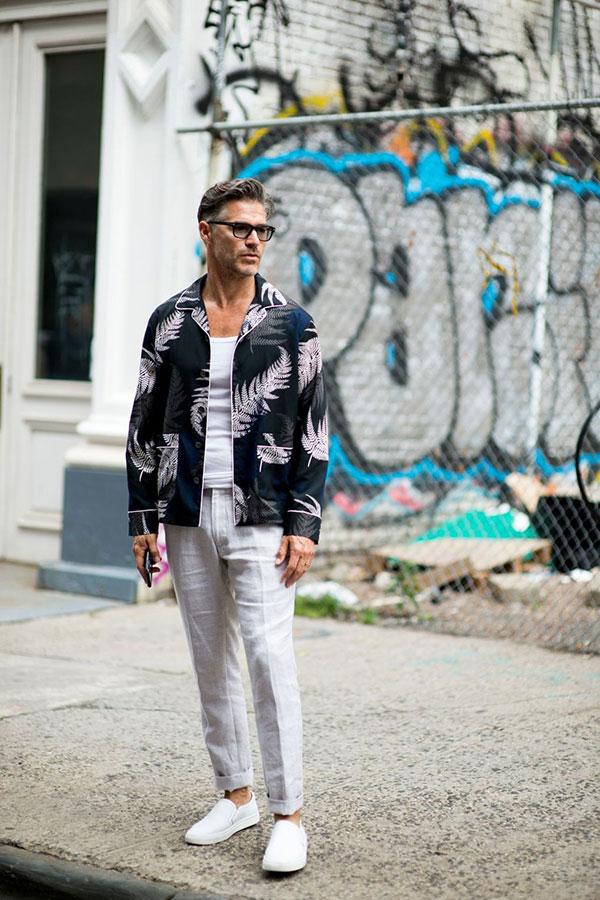 SACAIフェーン柄 パジャマジャケット×白タンクトップ×オフホワイトリネンパンツ×白スリッポン