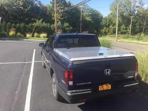tonneaucover truckbedcover diamondback discontinued pickuptruck bluetruck parkinglot polished closed se honda ridgeline rearview wholetruck noaccessories hr17 c 0015000001ejiulaad