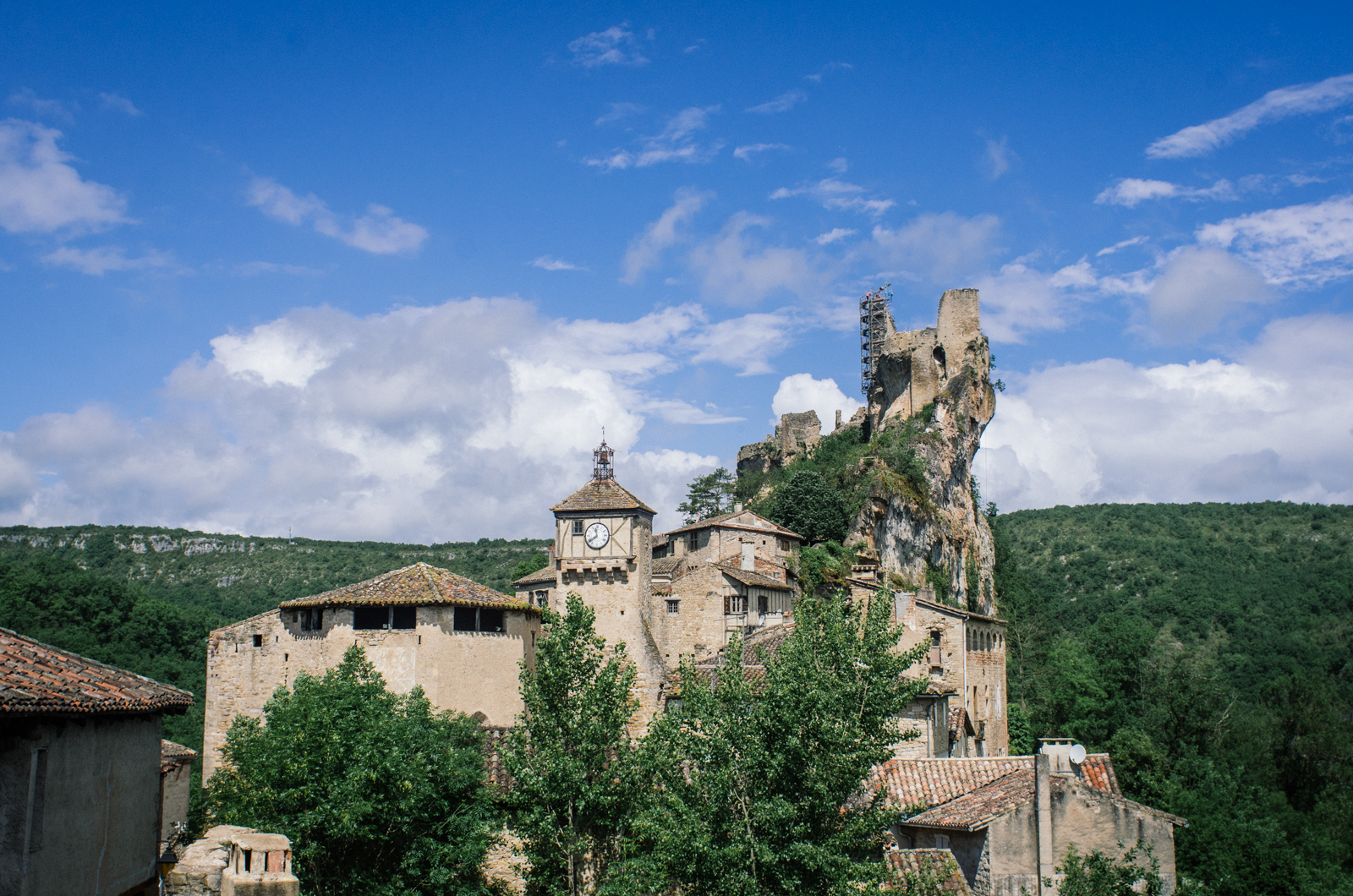Randonnée dans les gorges de l'Aveyron sur le GR46 - Penne - Mirabilia et son conservateur