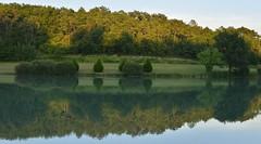 Le grand étang le sois sous un ciel clair