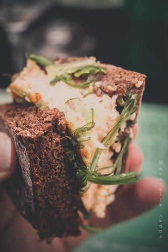 Sea Me - Burguer de choco e salmão, caco de alfarroba, tomate e algas