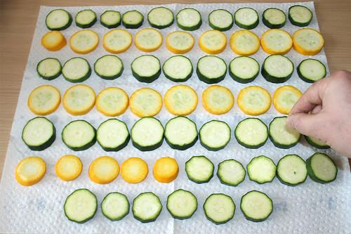 20 - Zucchini mit Salz bestreuen / Salt zucchini