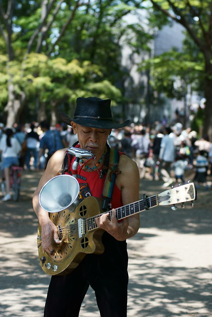 Skiffle man in the park, Tokyo, 06 May 2013. 033