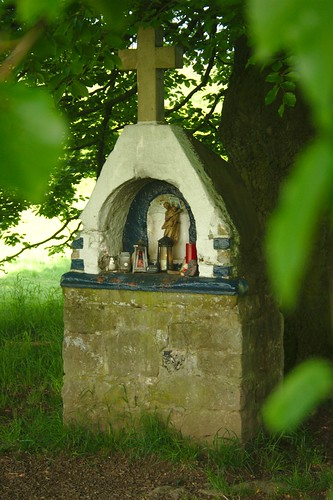 Kreuz unter Baum