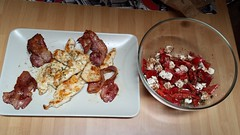 Petto di pollo in crosta con panecetta e insalata di peperoni e feta / Chicken breast with pancetta and peppers and feta salad