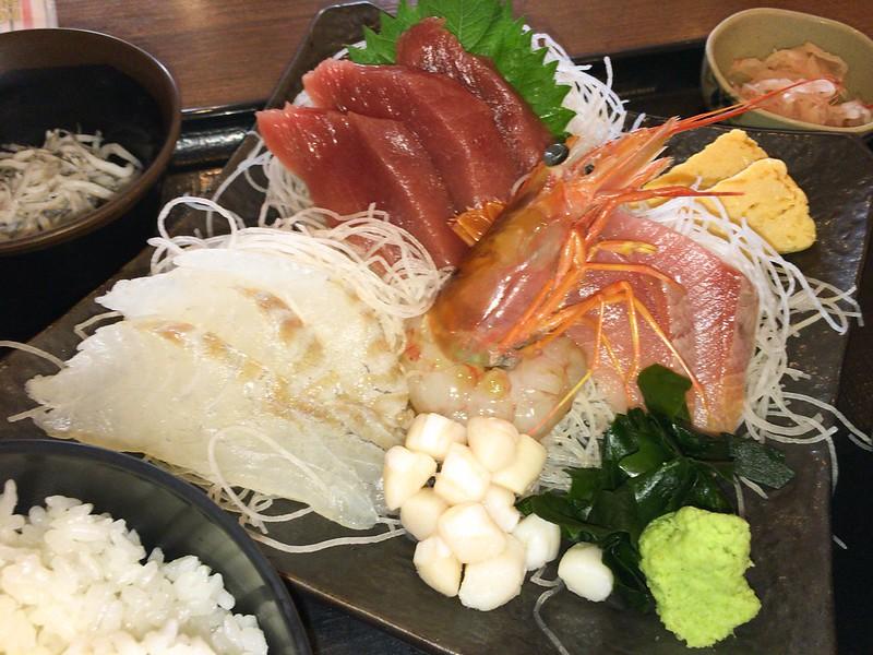 築地食堂源ちゃん本日のお刺身定食(まぐろ、活〆真鯛、ボタン海老、小柱、ぶり、玉子)