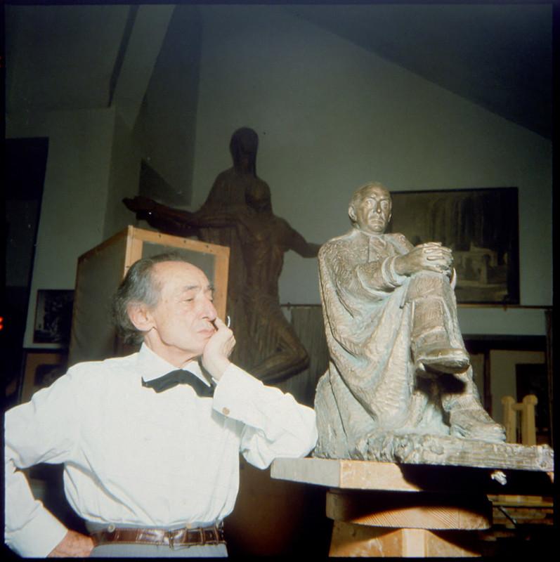 Victorio Macho en Roca Tarpeya en 1964. Fotografía de Santos Yubero © Archivo Regional de la Comunidad de Madrid,fondo fotográfico