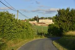 Route rurale et château de Vendoire