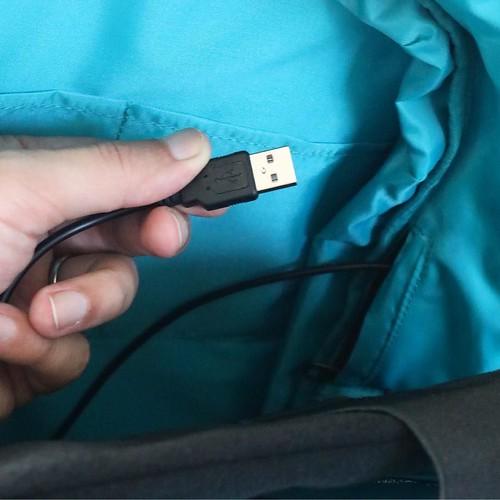 バックパックの中、こんなケーブルがあるので、例えばモバイルバッテリーにつなげとくとか、外付けHDDとか、そんな使い方