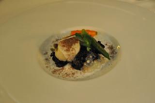 Vieras con arroz negro, legumbres y falso caviar de tapioca