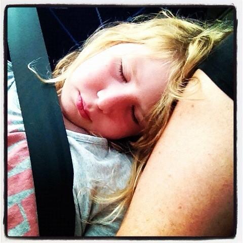 Klara har somnat på min arm på bussen