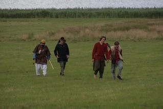 Rahseglertreffen Vorbereitungen - Wikinger in Haithabu kommen vom Bogenschießen wieder - Museumsfreifläche Wikinger Museum Haithabu WHH 12-07-2012