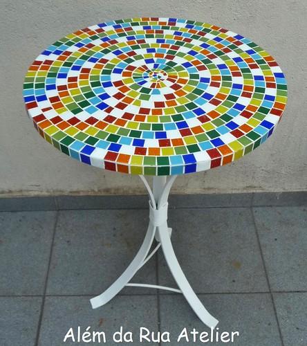 Mesa com mosaico colorido