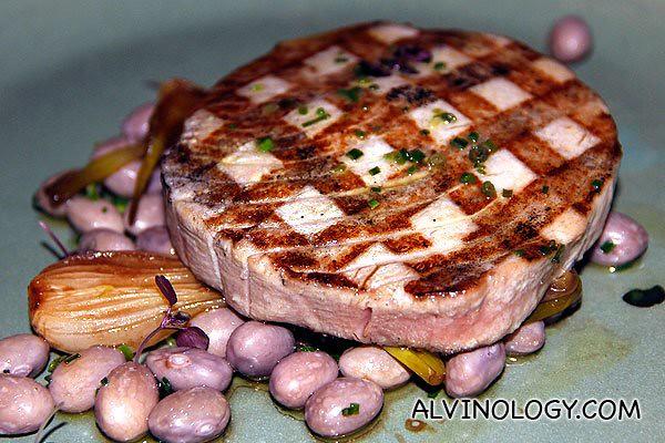 Tonno, fagioli e cipolle - wood-grilled tuna, borlotti beans and balsamic onions