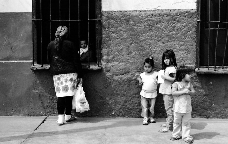 """Fotografía convencional, Lima en rollo: """"Niñas""""  Rímac- Perú."""