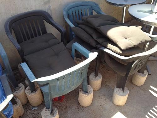 Einbetonierte Plastikstühle