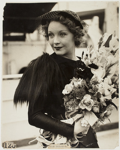 Helen Twelvetrees arrives from Hollywood to make The Thoroughbred in Sydney, 2 December 1935 / silver gelatin photoprint by Harry Freeman