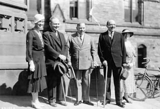 Thérèse Casgrain, Mackenzie King, and others in front of Parliament during the Imperial Economic Conference 1932 / Thérèse Casgrain, Mackenzie King et autres, devant le Parlement lors de la « Conférence économique impériale » de 1932