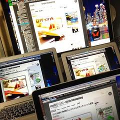 全部Mac。 iMac24インチ(奥)。 MacBookAir13インチ(左)。 MacBookAir11インチ(右)。 MacBookPro13インチ(手前)。 これぞ極み( ー`дー´)キリッ