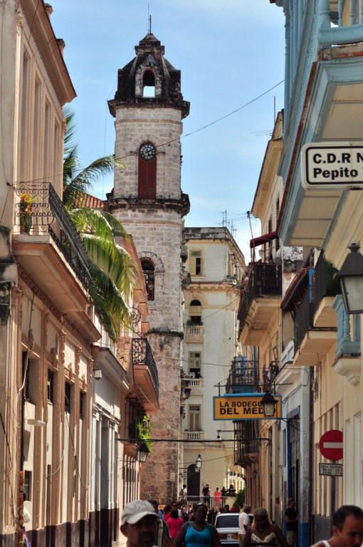La bodeguita del Medio es uno de los grandes lugares turísticos de la ciudad, por donde han pasado numerosos visitantes, desde escritores a políticos. Todos ellos dejan su huella en el local mediante algún recuerdo, fotos, objetos o grafitis en sus paredes. la habana - 7817649910 24f5754666 o - La Habana vieja y un paseo por sus plazas