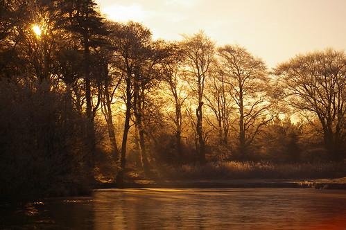winter sun mist ice pond glow rays setting