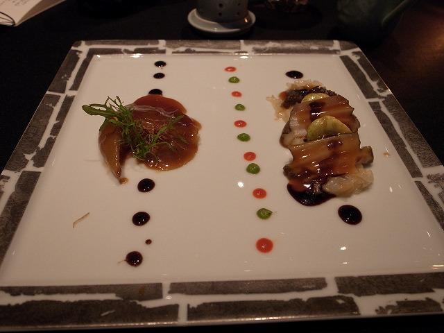 <p>j)ふかひれの姿煮と鮑の煮込み<br /> カラフルなのはカキ油ソースとバルサミコ酢+パプリカ(赤)とソラマメ(緑)のソースでしょうか?<br /> 鮑の下にはリゾットが・・・。</p>