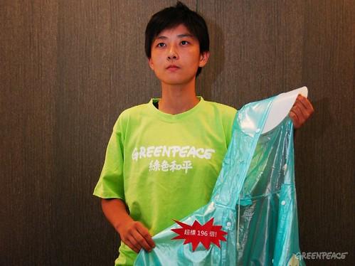 綠色和平污染防治專案主任李之安手拿塑化劑超標的兒童雨衣表示,支離破碎的毒管法令台灣兒童遭殃。(圖片來源:台灣綠色和平)
