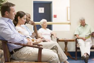 Esperando en la consulta del médico.