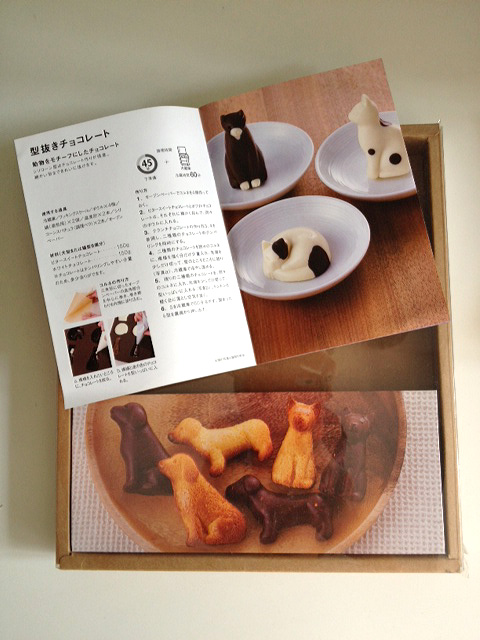 The Muji Silicone baking mould even comes with recipes, albeit in Japanese