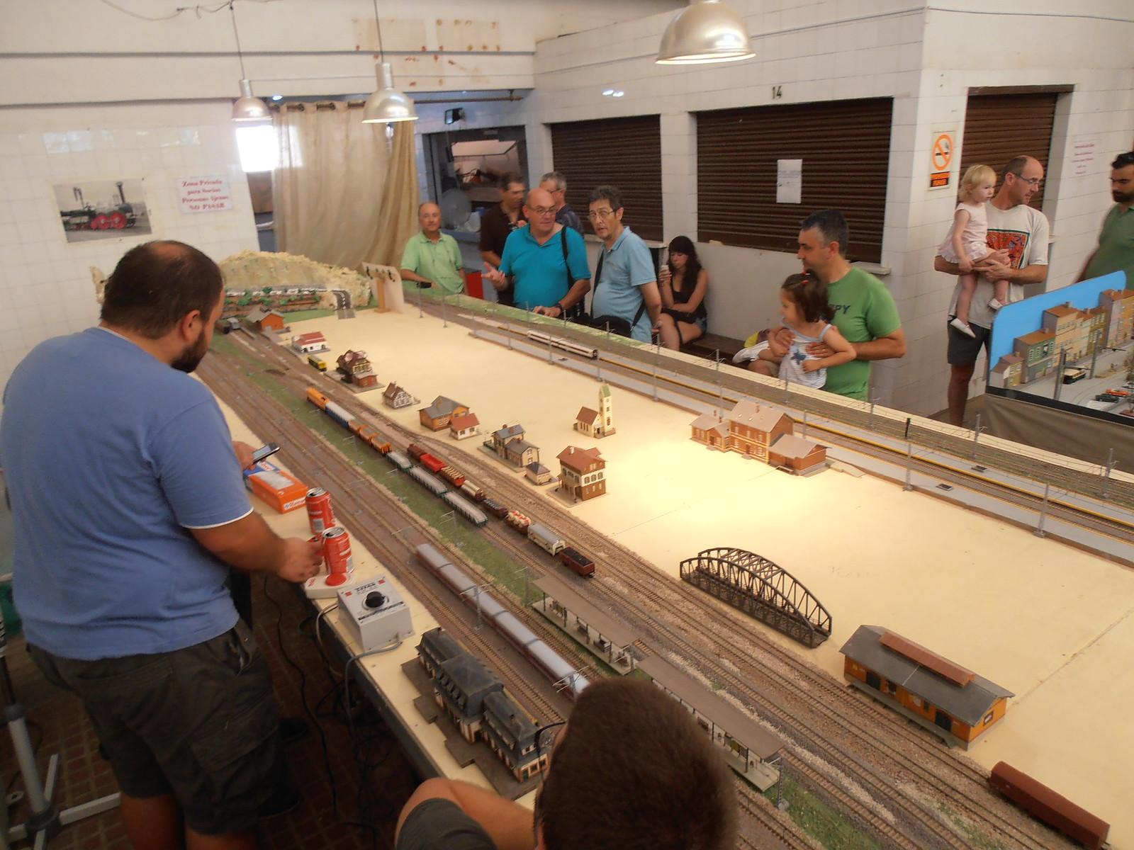 Maquinistas pendientes de sus respectivos trenes, charlando con el público asistente a la exhibición