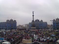 Van llegando los trabajadores a la Plaza Dos de Mayo. 12 de Julio. by carlos mejia a.