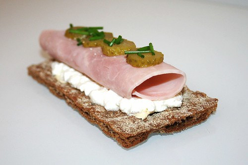 Kochschinken garniert mit Gewürzgurken & Dill auf Hüttenkäse und rustikalem Knäckebrot / Ham garned with gherkin & dill on cottage cheese & rustical crispbread