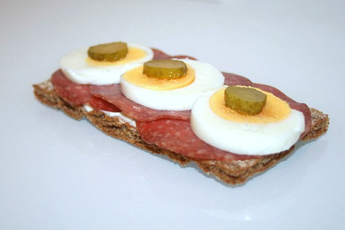 Geflügelsalami, Ei & Cornichons / Turkey salami, egg & cocktail gherkin