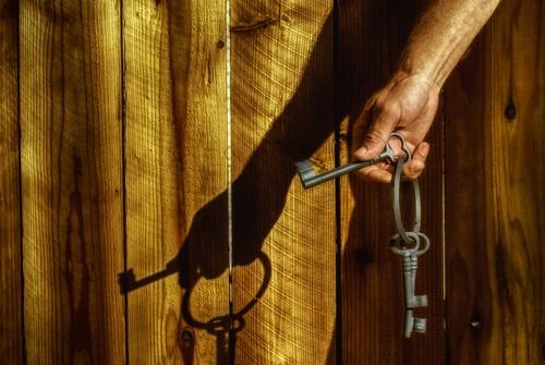 shadow fence keys nikon iron worn d200 hdr gettyimages ourdailychallenge hbmike2000 someolddudeshand andyesthekeyscamefromdisneyland