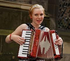 diatonic button accordion(0.0), hand drum(0.0), accordion(1.0), folk instrument(1.0), garmon(1.0), wind instrument(1.0),