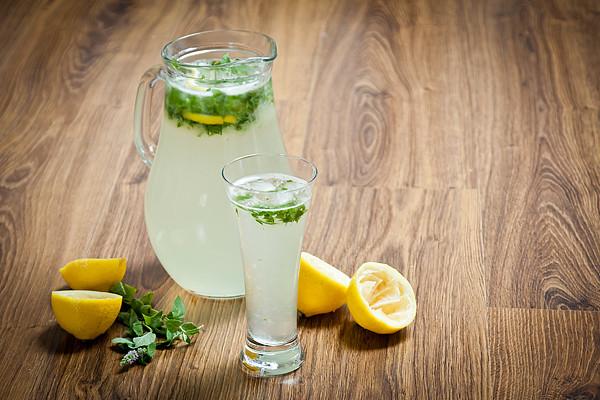 Domácí citronovo-mátová limonáda