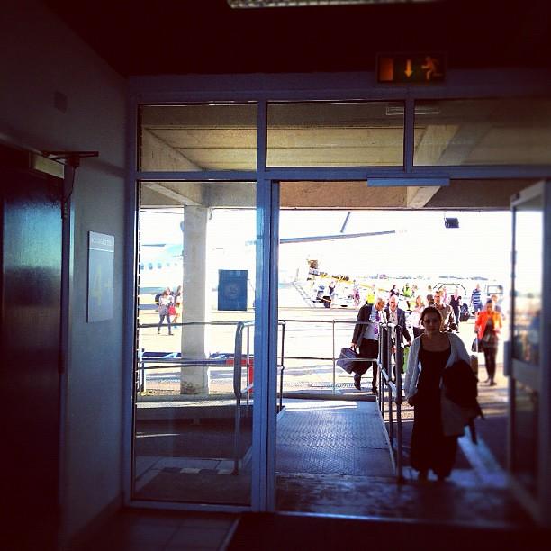 パリ→グラスゴーのとちゅうでウェールズのちっちゃい空港に降ろされた!?ここから入国審査!
