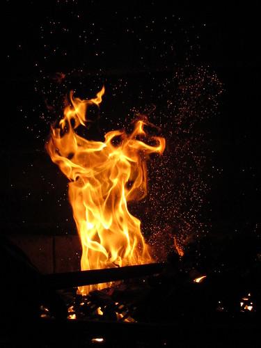 Preparando fuego para un buen asado.
