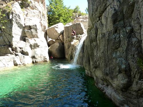 Descente aquatique du ruisseau : tentative de saut dans la vasque centrale