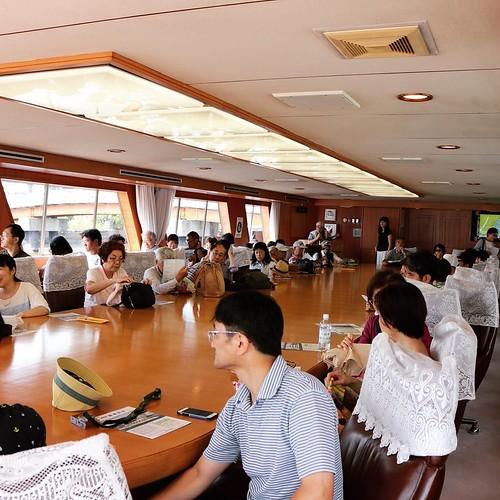 船内。視察船だけあって、大きなテーブルとか、立派な椅子とか、雰囲気が旅客船とは違う感じを
