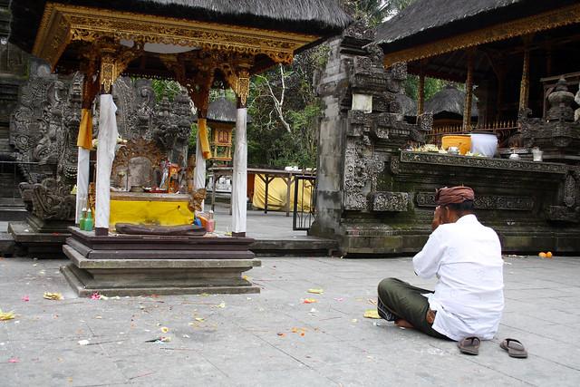 Made à la prière aux sources sacrées de Tirta Empul (Bali)