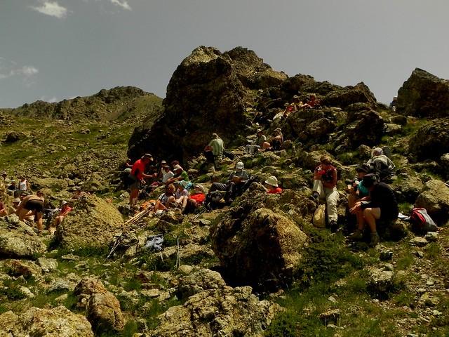 Assis sur les roches de l'océan alpin (1)
