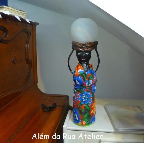 Boneca luminária feita com garrafa pet