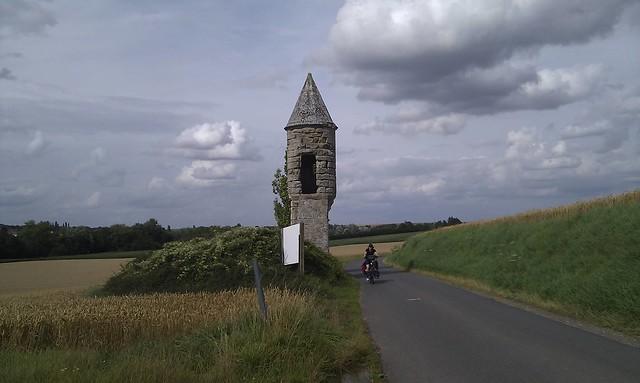 passing L'Echauguette, Vaucelles, FR