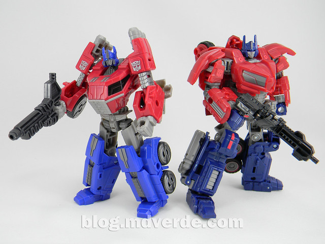 Transformers Optimus Prime Deluxe - Generations FoC - modo robot vs WFC