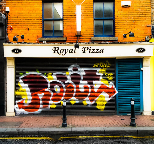 Royal Pizza - Street Art by infomatique