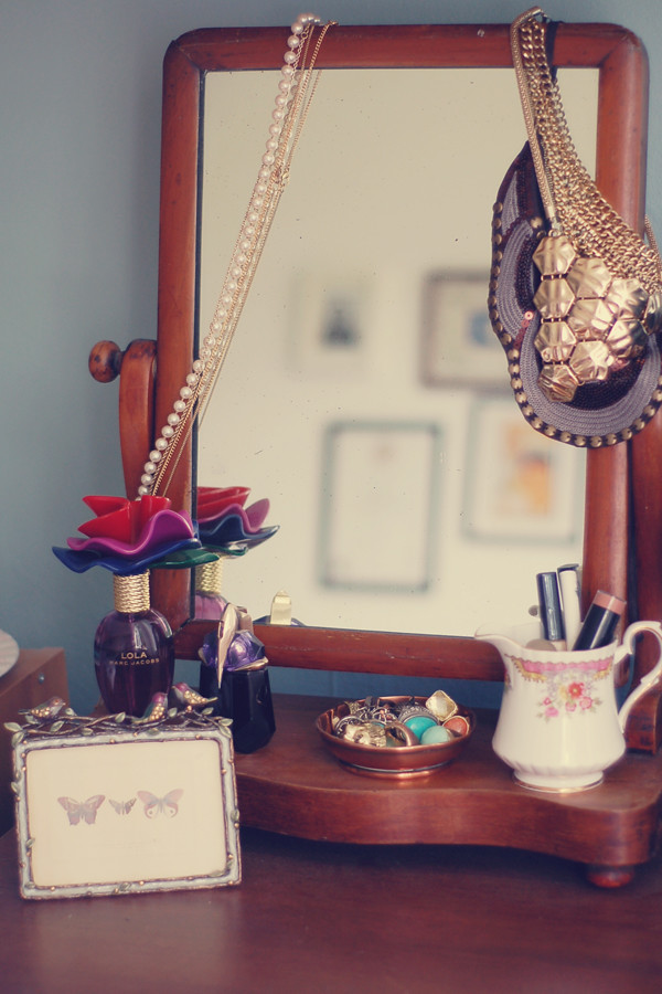 Wardrobeblock : Vintage wooden mirror necklaces perfume lola marc jacobs alien thierry mugler jewellery rings make up jug
